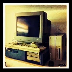 Un vieil ordinateur symbolise les pratiques passéistes de ceux qui tournent le dos à Internet mobile