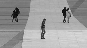Des personnes marchent seules sur une place, comme des pages Internet sans liens et isolées