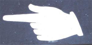 Un doigt peint sur un mur pointe dans la direction à suivre comme un lien sur Internet