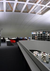 bibliothèque moderne et structurée comme une newsroom