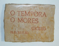"""plaquette de marbre gravée """"o tempora o mores"""" (autres temps autres moeurs)"""