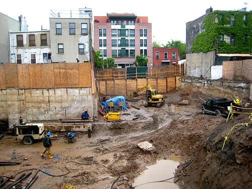 Un site en construction plein de déchets et de boue laissant un mauvaise image